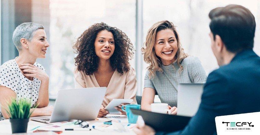 Saiba como o Recursos Humanos orientado a dados pode ajudar sua empresa - Pessoas rindo na mesa de reunião